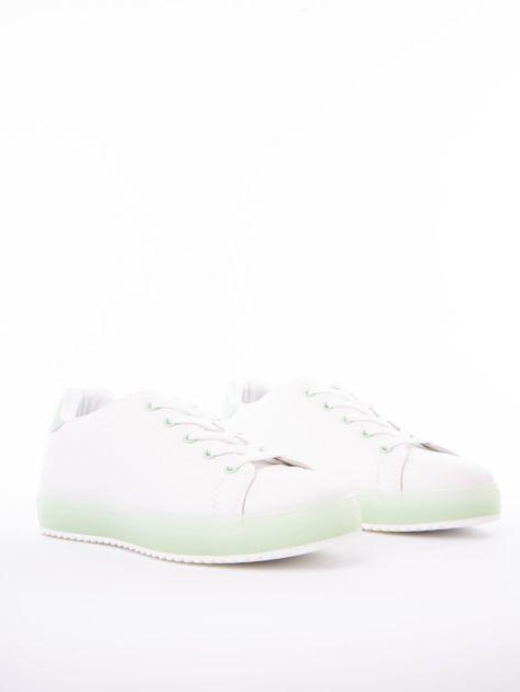 Białe trampki z eco skóry na zielonej platformie                              zdj.                              2