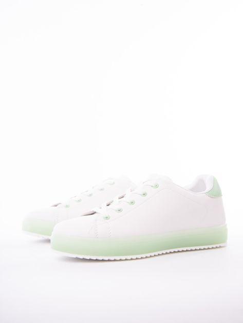 Białe trampki z eco skóry na zielonej platformie                              zdj.                              3