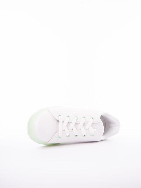 Białe trampki z eco skóry na zielonej platformie                              zdj.                              5