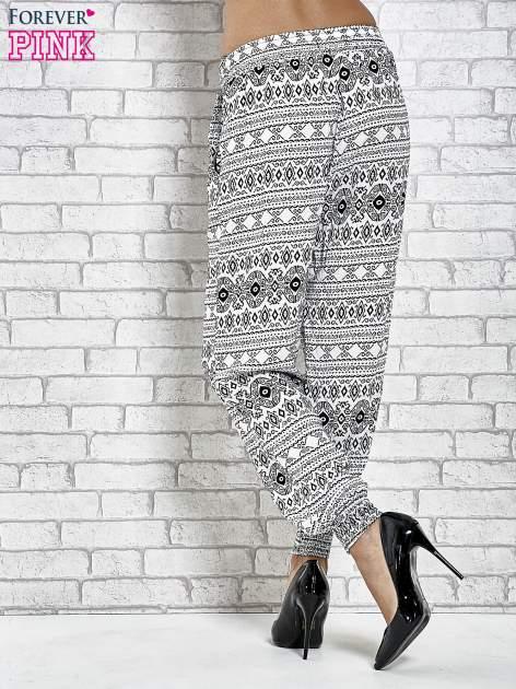 Białe zwiewne spodnie alladynki we wzór aztecki                                  zdj.                                  7