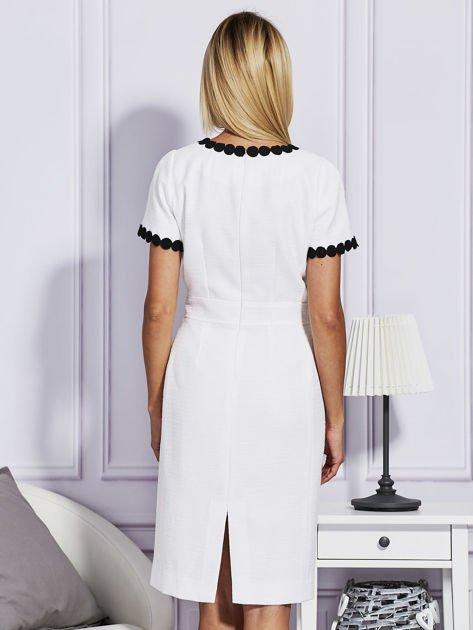 Biało-czarna sukienka z ozdobnym wykończeniem                              zdj.                              2