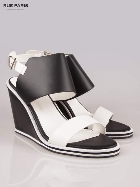 Biało-czarne koturny faux leather Genteel two tone z odkrytą piętą                                  zdj.                                  2