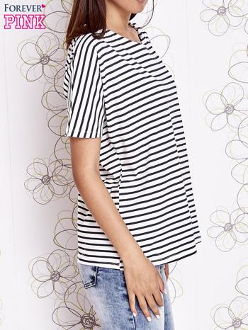 Biało-czarny t-shirt w paski z ozdobnym dekoltem na plecach                                  zdj.                                  3
