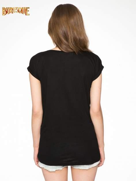 Biało-czarny t-shirt z nadrukiem piórek zdobionych dżetami                                  zdj.                                  4