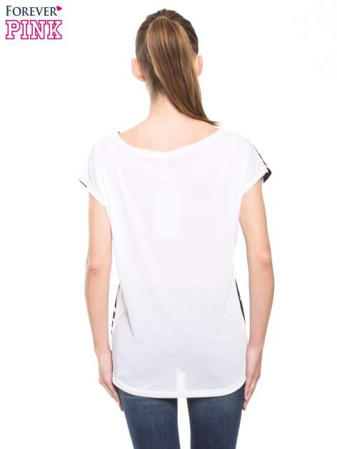 Biało-czarny t-shirt z tropikalnym printem                                  zdj.                                  2