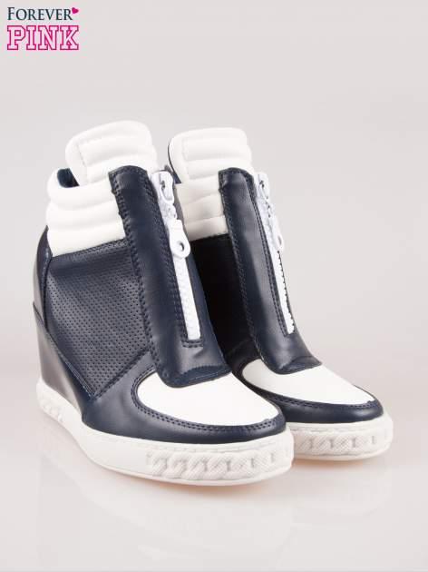 Biało-granatowe sneakersy z ażurowym wzorem                                  zdj.                                  2