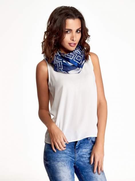 Biało-niebieska chusta apaszka we wzór geometryczny