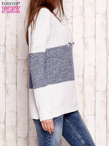 Biało-niebieski sweter z wiązaniem przy dekolcie                                  zdj.                                  3