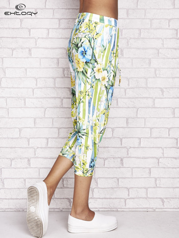 Biało-niebieskie spodnie capri z motywem pasków i kwiatów                                  zdj.                                  3