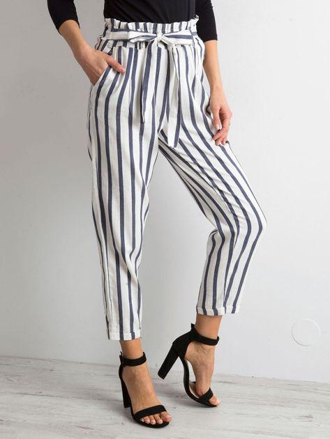 Biało-niebieskie spodnie w paski                              zdj.                              3