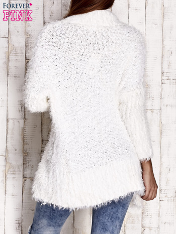 Biały asymetryczny sweter z szerokim kołnierzem                                  zdj.                                  2