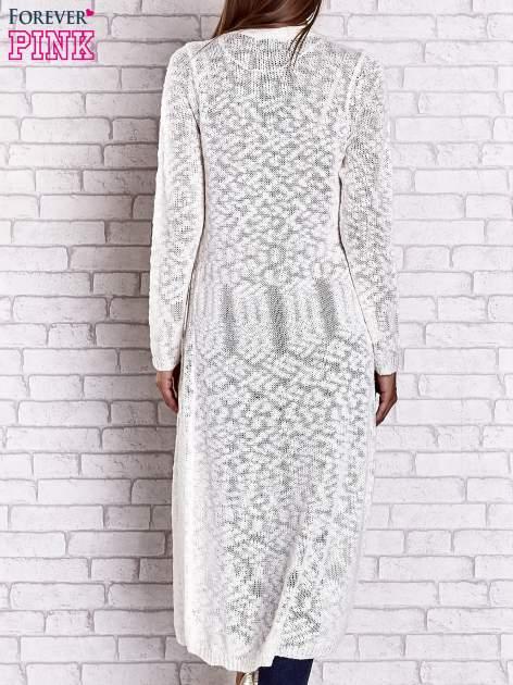 Biały ażurowany sweter z kieszeniami                                  zdj.                                  3