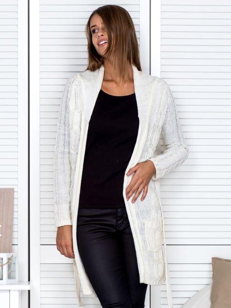 Biały ażurowy długi sweter typu kardigan z paskiem                                  zdj.                                  6
