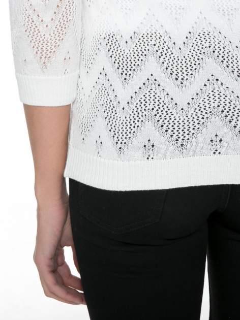 Biały ażurowy sweterek z rękawem 3/4                                  zdj.                                  6