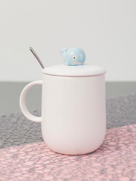 Biały ceramiczny kubek z pokrywką i łyżką                              zdj.                              4