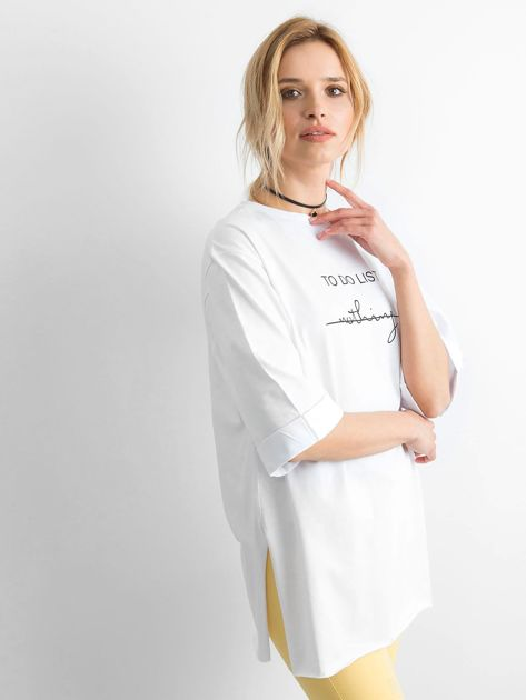Biały długi t-shirt z napisem                              zdj.                              1