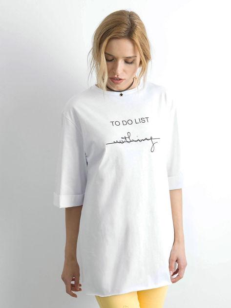 Biały długi t-shirt z napisem                              zdj.                              3
