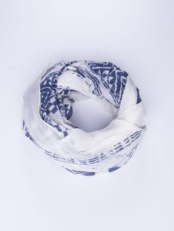 Biały duży szal w przetarty geometryczny wzór
