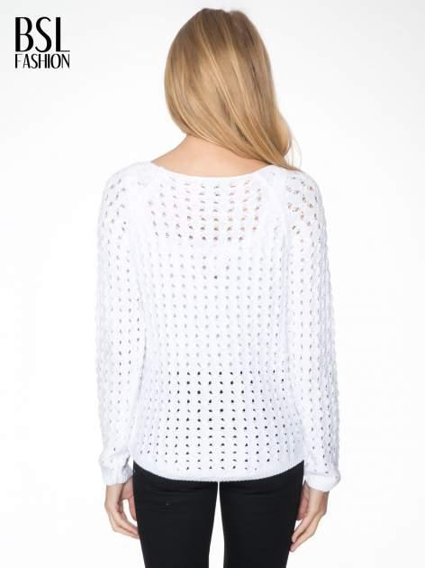 Biały dziergany sweter z ozdobnymi oczkami                                  zdj.                                  4