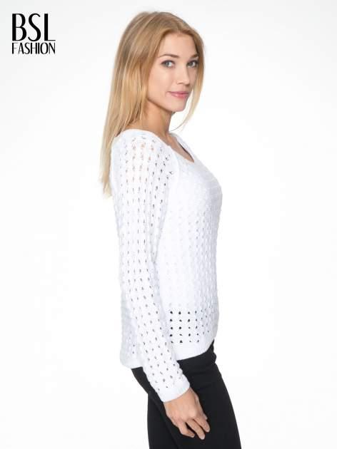 Biały dziergany sweter z ozdobnymi oczkami                                  zdj.                                  3