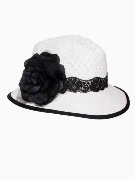 Biały kapelusz słomiany z dużym rondem i dużym kwiatem                                  zdj.                                  7