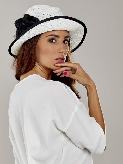 Biały kapelusz słomiany z dużym rondem i dużym kwiatem                                  zdj.                                  3