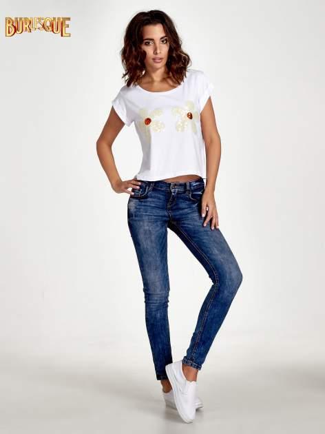 Biały krótki t-shirt z kwiatkami z cekinów                                  zdj.                                  4