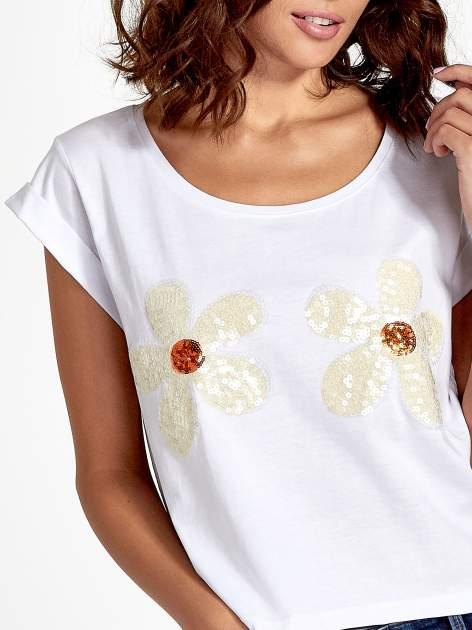 Biały krótki t-shirt z kwiatkami z cekinów                                  zdj.                                  6