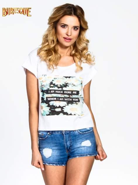 Biały krótki t-shirt z nadrukiem stokrotek i napisem