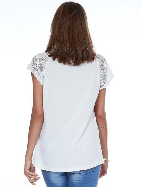 Biały kwiatowy t-shirt z koronkowymi rękawami                              zdj.                              2