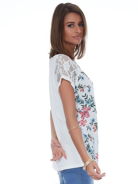Biały kwiatowy t-shirt z koronkowymi rękawami                              zdj.                              5