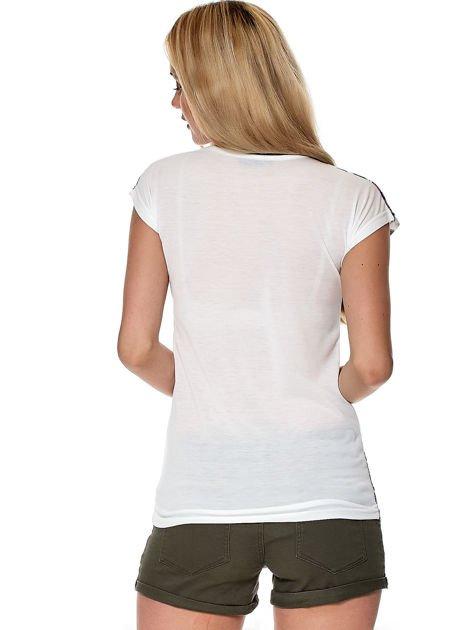 Biały kwiatowy t-shirt z wycięciem przy dekolcie                              zdj.                              2