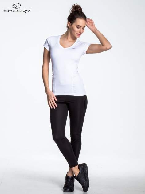 Biały modelujący t-shirt sportowy z przeszyciami                                  zdj.                                  2