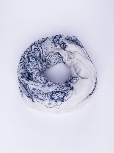 Biały orientalny szal we wzór paisley