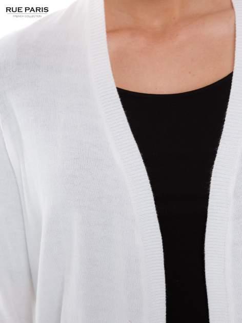 Biały otwarty kardigan z ażurowym tyłem                                  zdj.                                  4