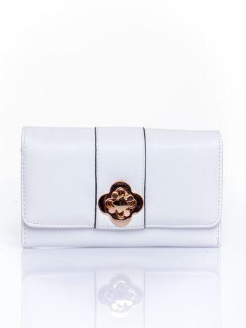 Biały portfel z ozdobnym zapięciem