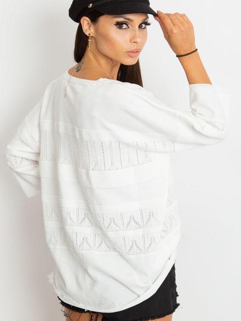 Biały sweter w delikatny wzór                              zdj.                              4