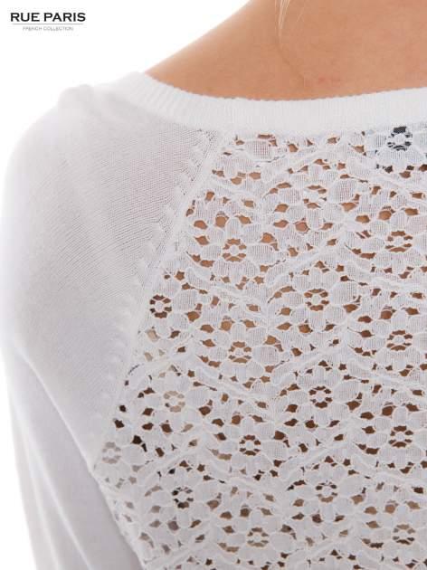Biały sweter z długim rękawem wykończonym koronkowym mankietem                                  zdj.                                  5