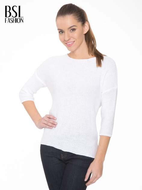 Biały sweter z dłuższym tyłem i rozporkami po bokach
