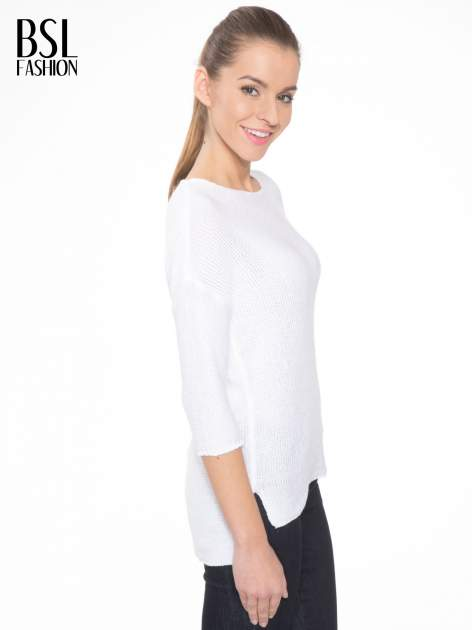 Biały sweter z dłuższym tyłem i rozporkami po bokach                                  zdj.                                  3