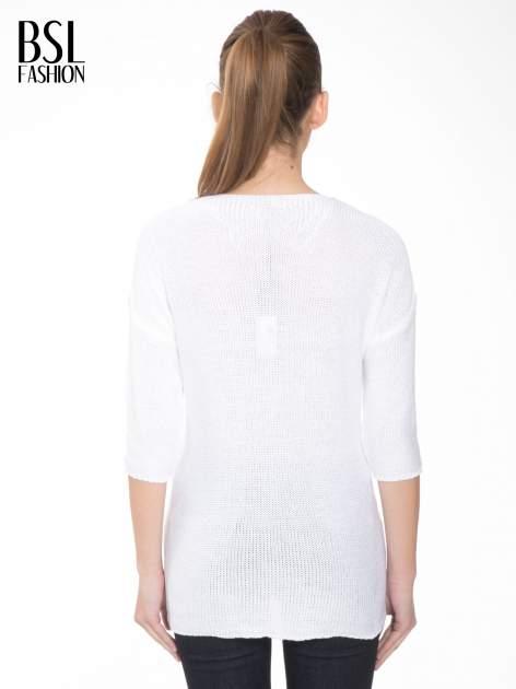 Biały sweter z dłuższym tyłem i rozporkami po bokach                                  zdj.                                  4