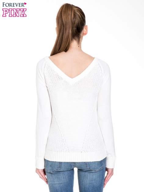 Biały sweter z dwustronnym dekoltem w serek                                  zdj.                                  4