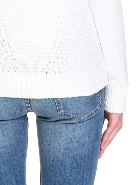 Biały sweter z dwustronnym dekoltem w serek                                  zdj.                                  7
