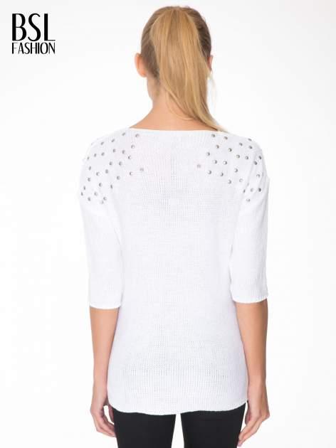Biały sweter z dżetami przy ramionach                                  zdj.                                  4