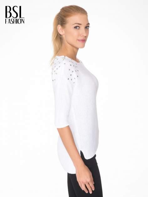 Biały sweter z dżetami przy ramionach                                  zdj.                                  3