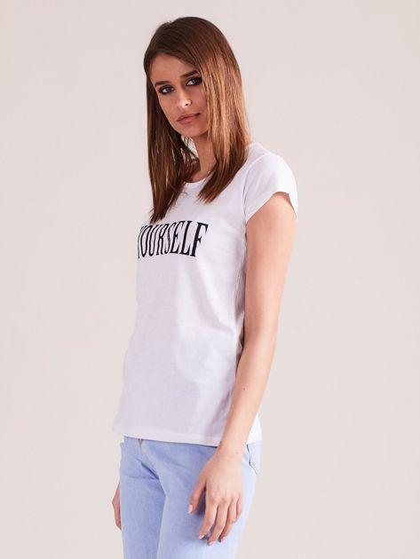 Biały t-shirt damski z nadrukiem                              zdj.                              5
