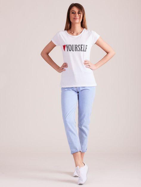 Biały t-shirt damski z nadrukiem                              zdj.                              4