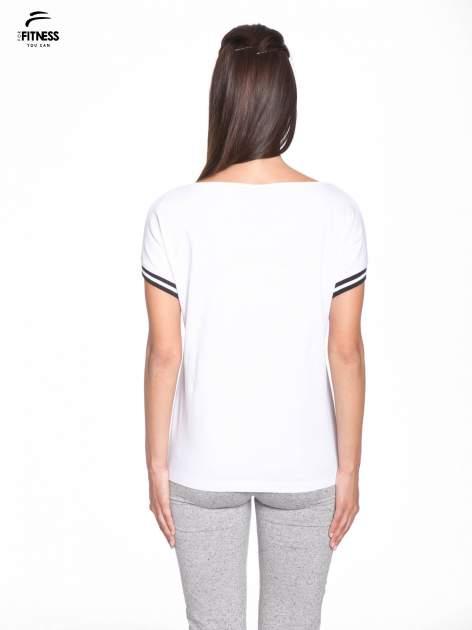 Biały t-shirt damski ze sportową lamówką                                  zdj.                                  4