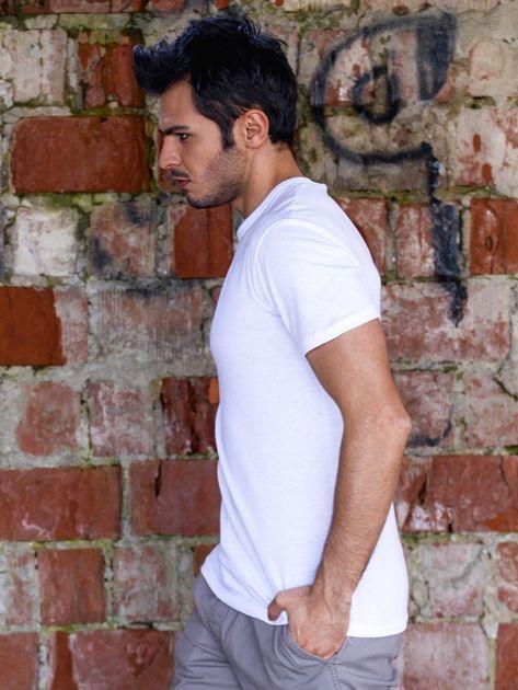 Biały t-shirt męski z godłem                              zdj.                              4