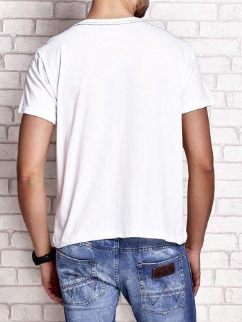 Biały t-shirt męski ze sportowym nadrukiem i napisami                                  zdj.                                  3
